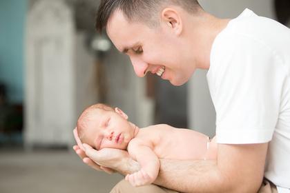Le congé paternité passe à 25 jours à partir du 1er juillet 2021.